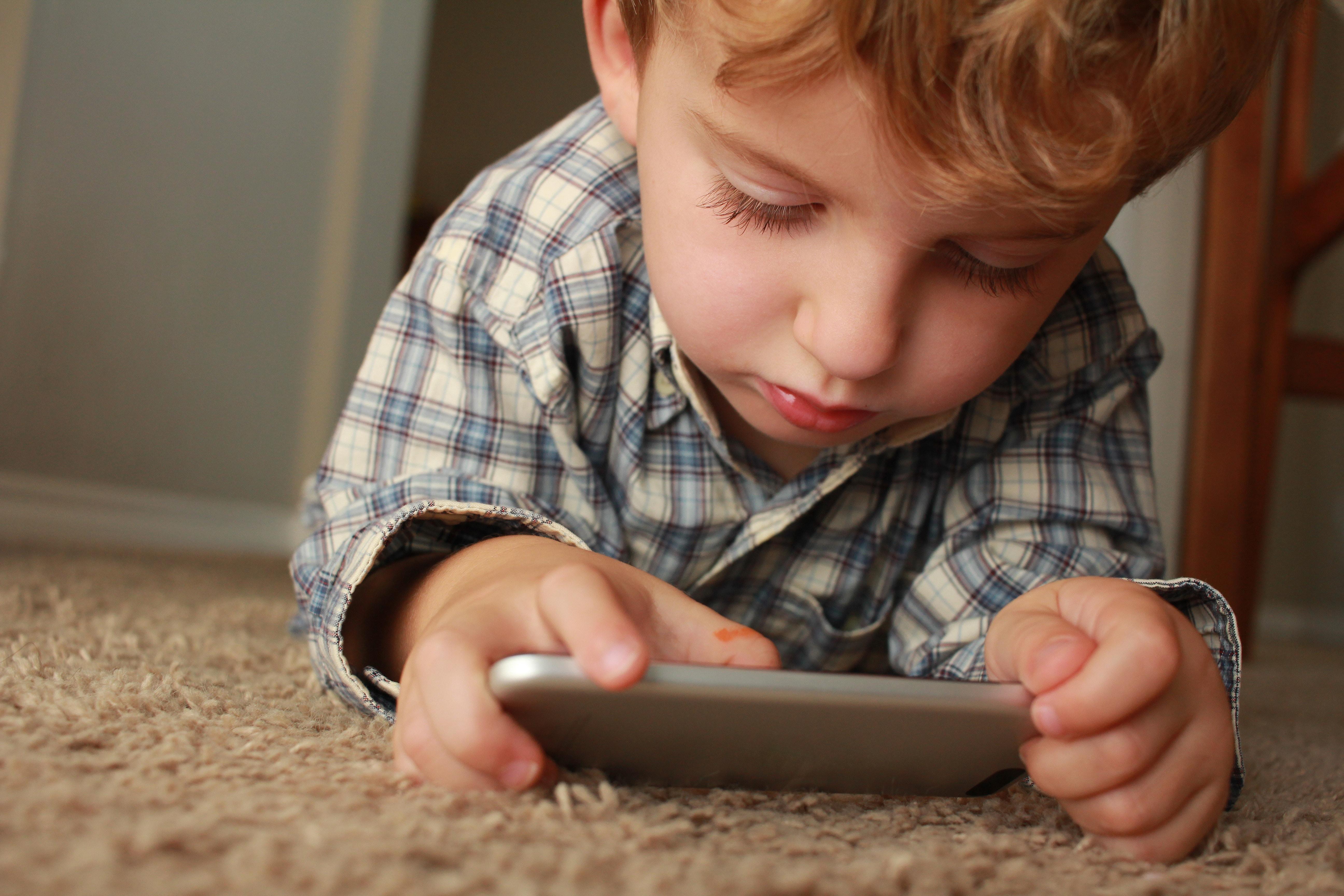 Wie Sie die Bildschirmzeit Ihrer Kinder in Schach halten