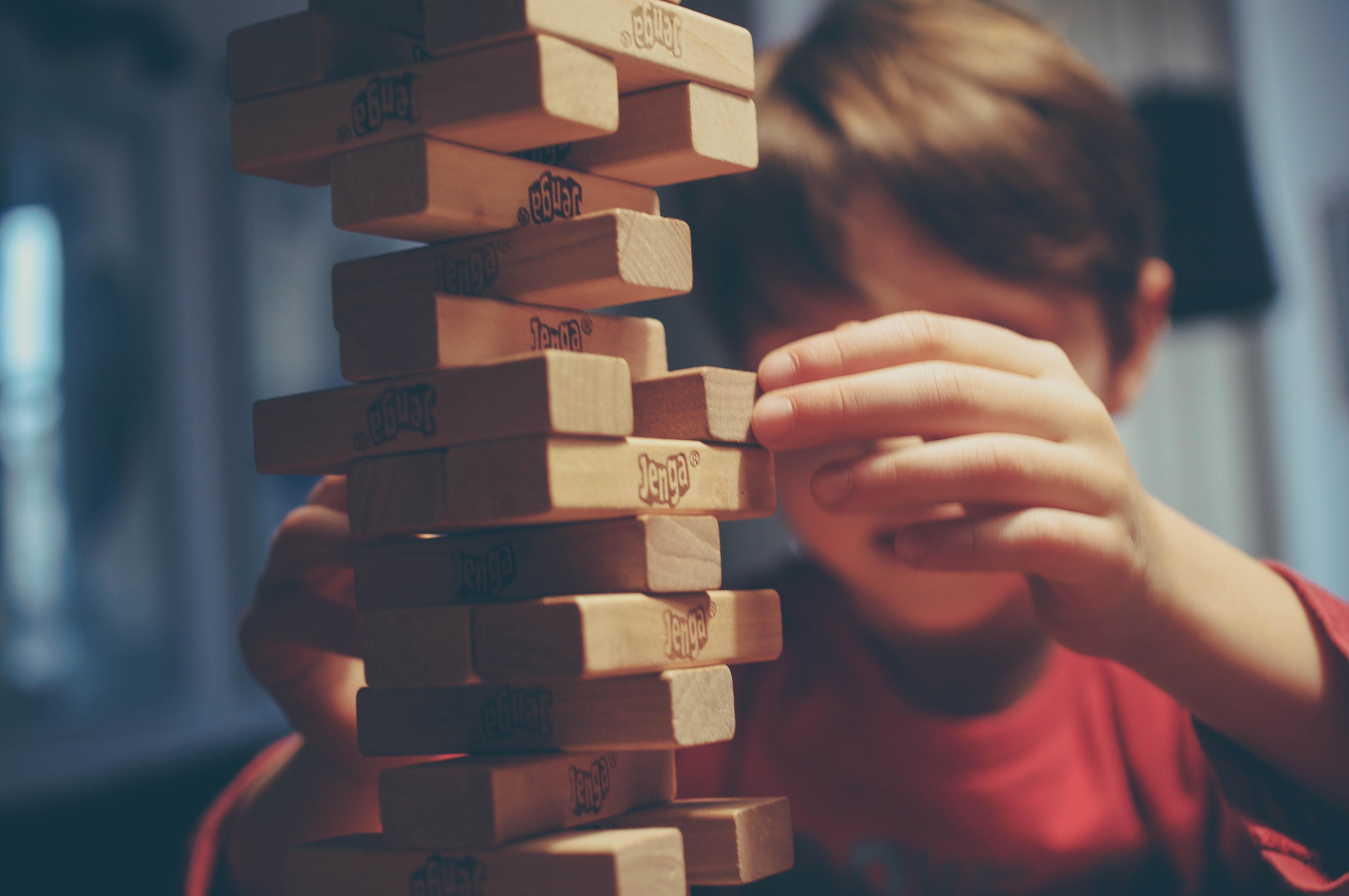 4 tolle Spielideen, wenn Kinder drinnen feststecken
